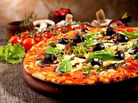 Постна пица с домати, маслини, гъби и кашкавал - снимка на рецептата
